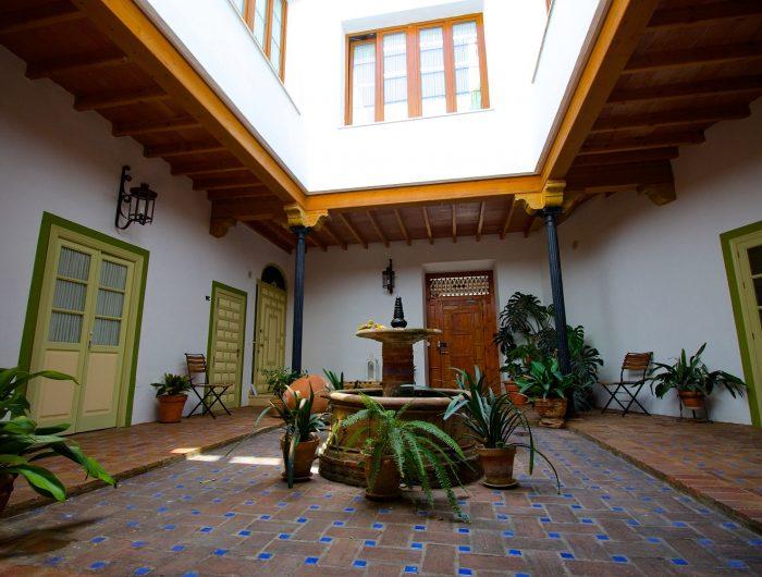 https://mivelezmalaga.com/wp-content/uploads/2016/11/Casa-de-las-Titas-Interior-Patio-700x530.jpg
